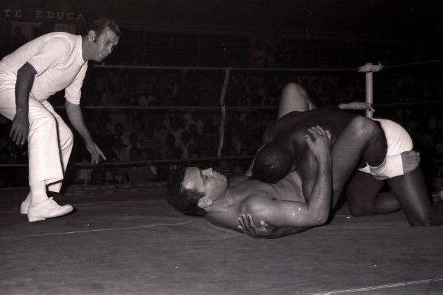 18/12/1970. Credito: Arquivo/CB. Neg.: F - 1864. Carlson Gracie e Valdemar Santana (sunga branca) durante luta no ginasio do Colegio Marista.